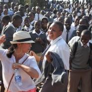 Hallo beim Tanzen in einer Schule in Kampala