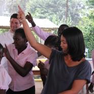 Hallo Tim und ich tanzen zusammen im Tasso Center, das sich um HIV und Aids Patienten kümmert, mit den betroffenen Kindern und Jugendlichen